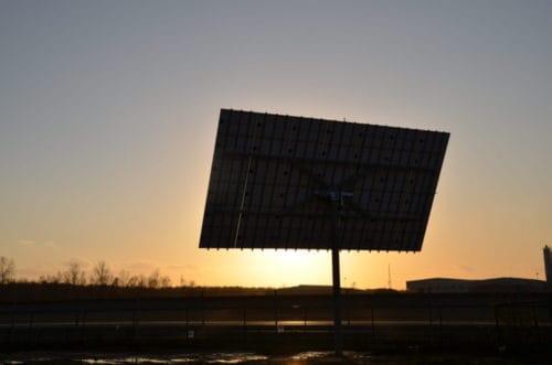 zonnetracker bij zonsondergang