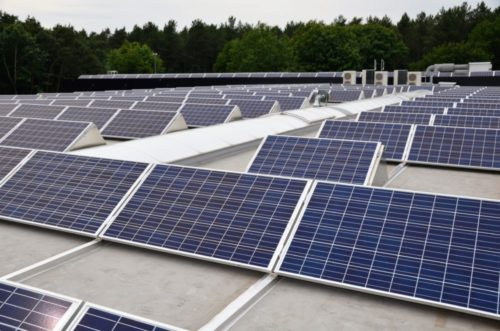 Poly zonnepanelen plat dak groep JAM