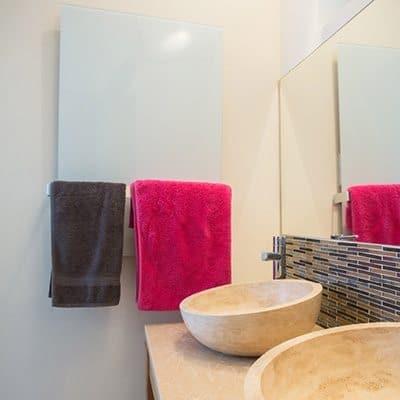 infraroodverwarming paneel handdoekenrek in badkamer