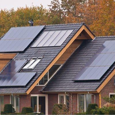 huis met zwarte zonnepanelen
