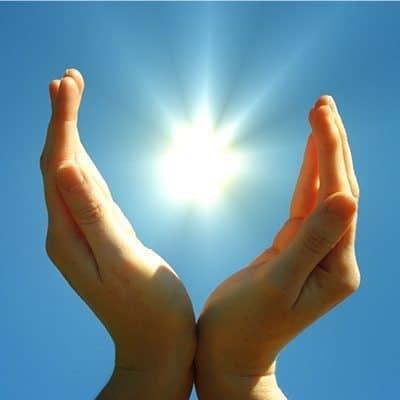 zon tussen handen
