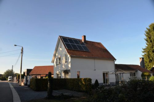 zonnepanelen in een oost-west opstelling op een hellend dak zijde 2