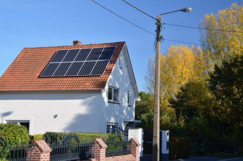 zonnepanelen in een oost-west opstelling op een hellend dak