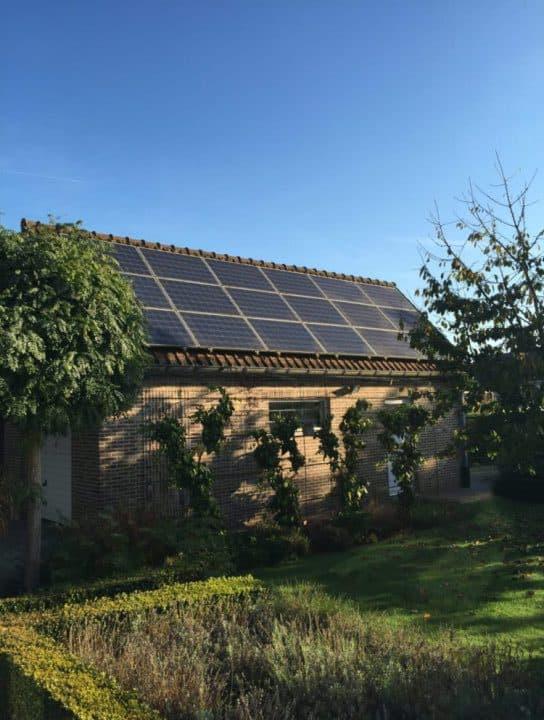 zonnepanelen op tuinhuis