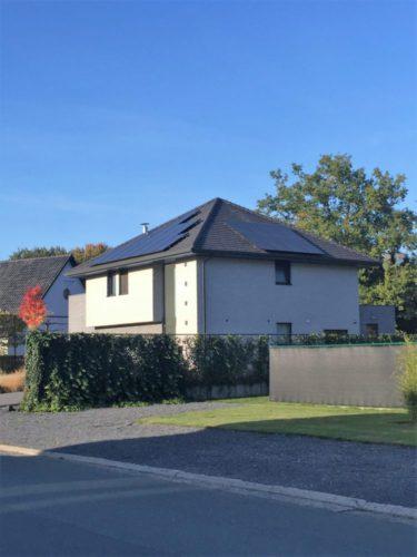 zwarte zonnepanelen op twee dakvlakken van een hellend dak