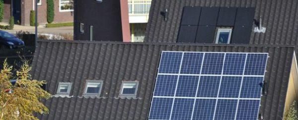 blauwe en zwarte zonnepanelen op een zwart dak