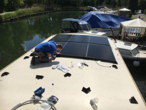 zonnepanelen woonboot tijdens installatie