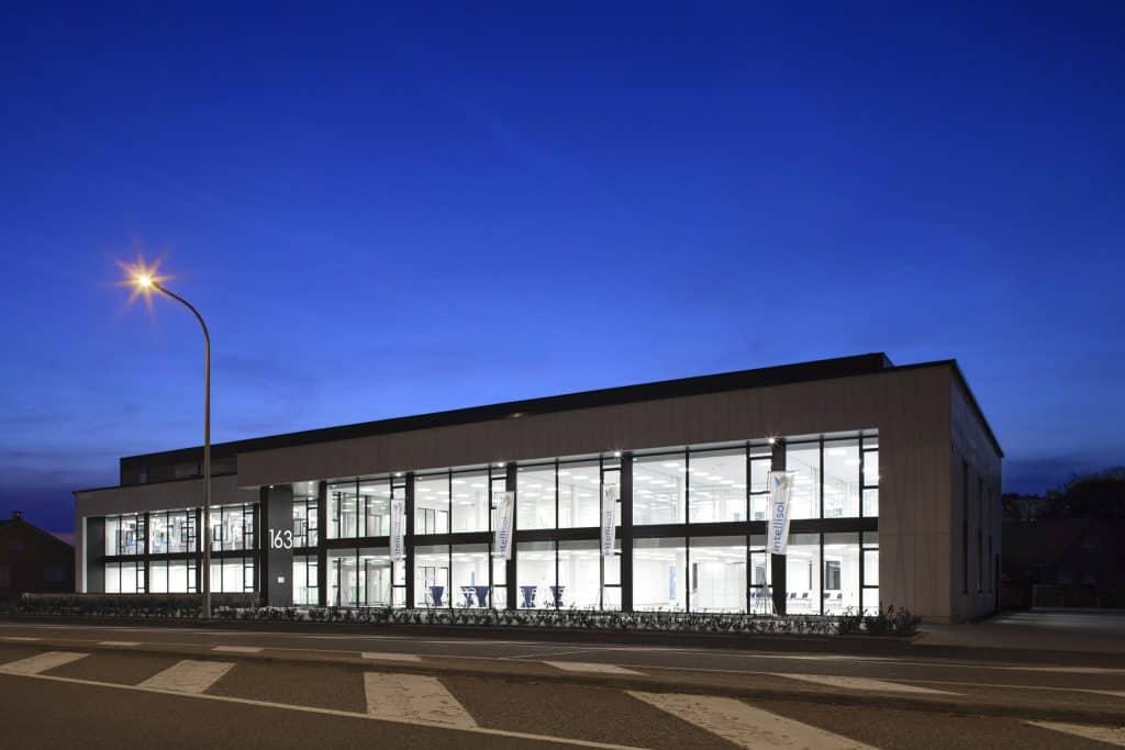 het energiecentrum voor bouw en renovatie avond vooraanzicht